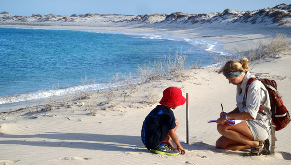 Volunteer with kids and sea turtles on the Ningaloo Coast